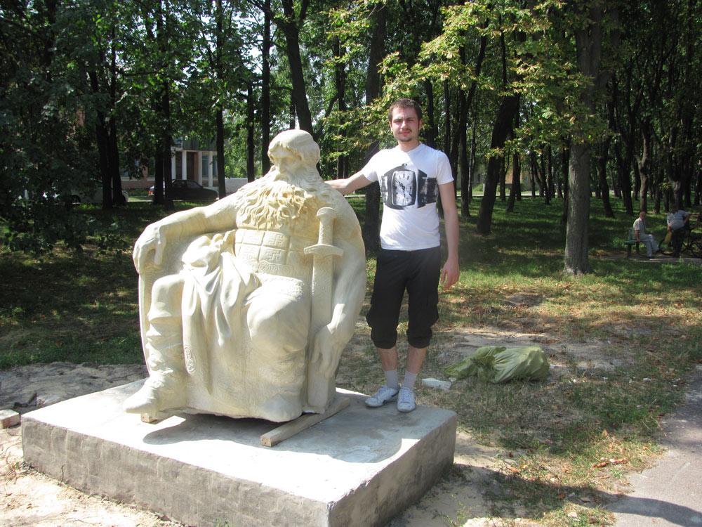 Скульптор Зигура Артем зі своїм творінням
