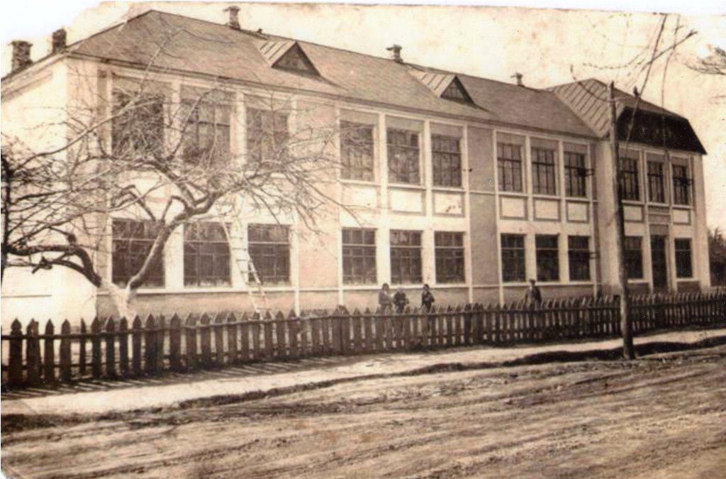 Двоповерхове довоєнне приміщення школи,  спалене під час фашистської окупації